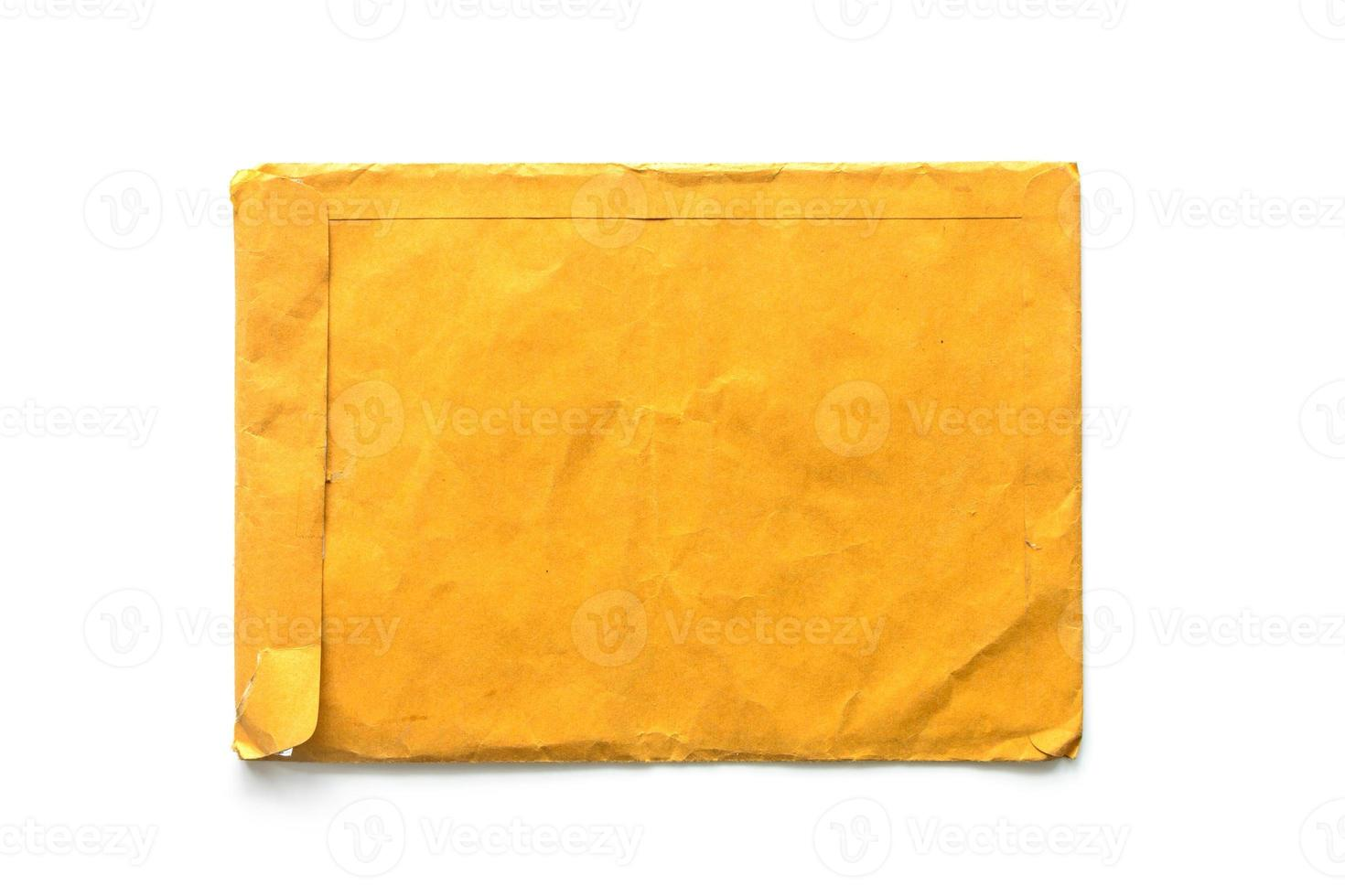bruin envelopdocument op witte achtergrond foto