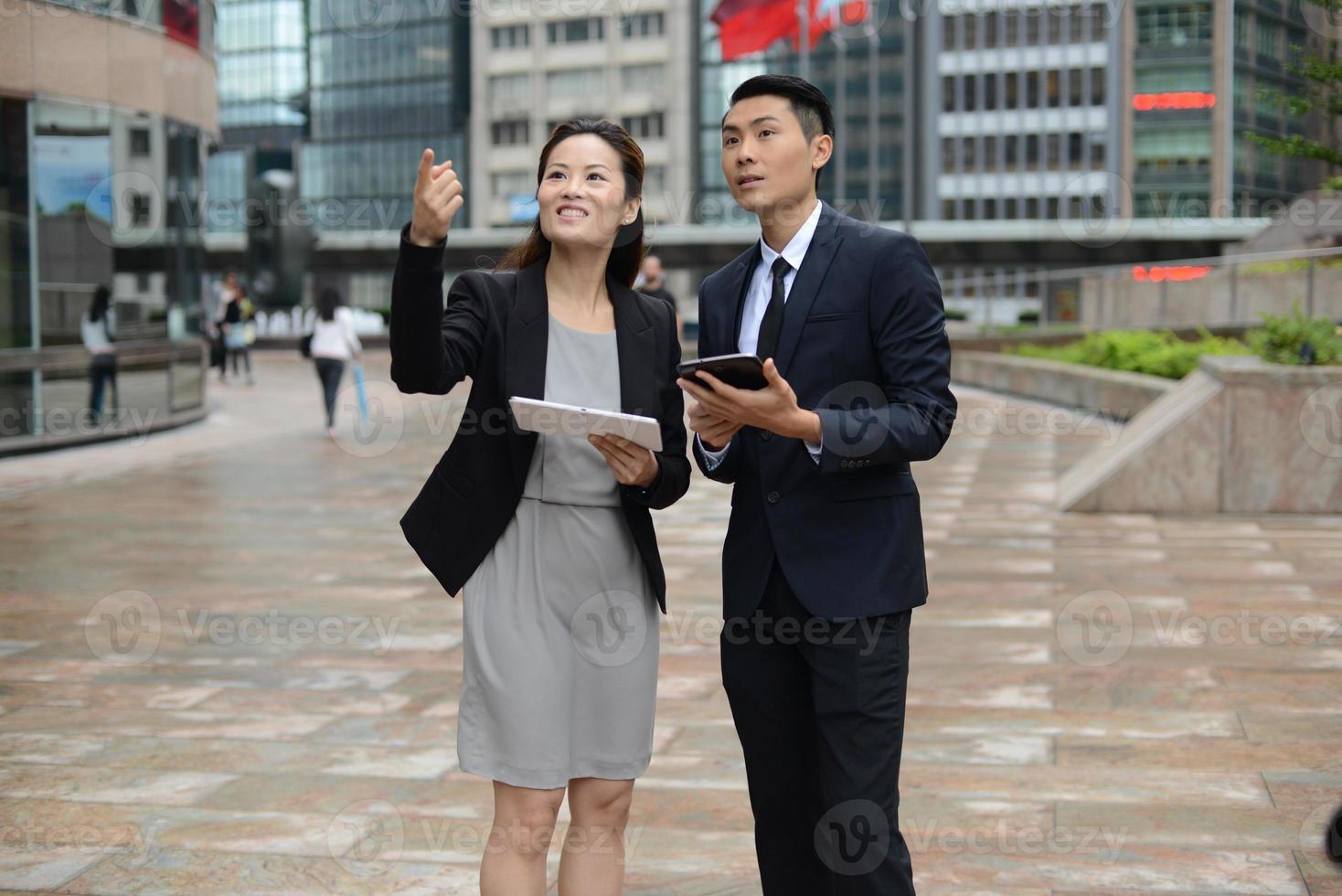 Aziatische zakenmensen in discussie foto