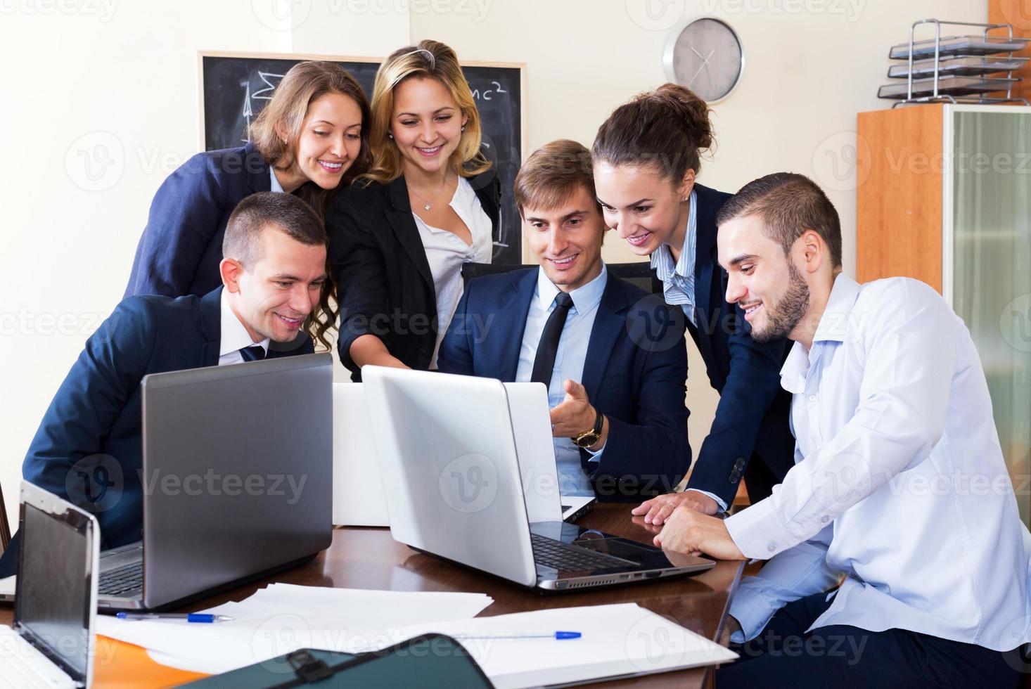 baas met ondergeschikte ambtenaren bespreken foto