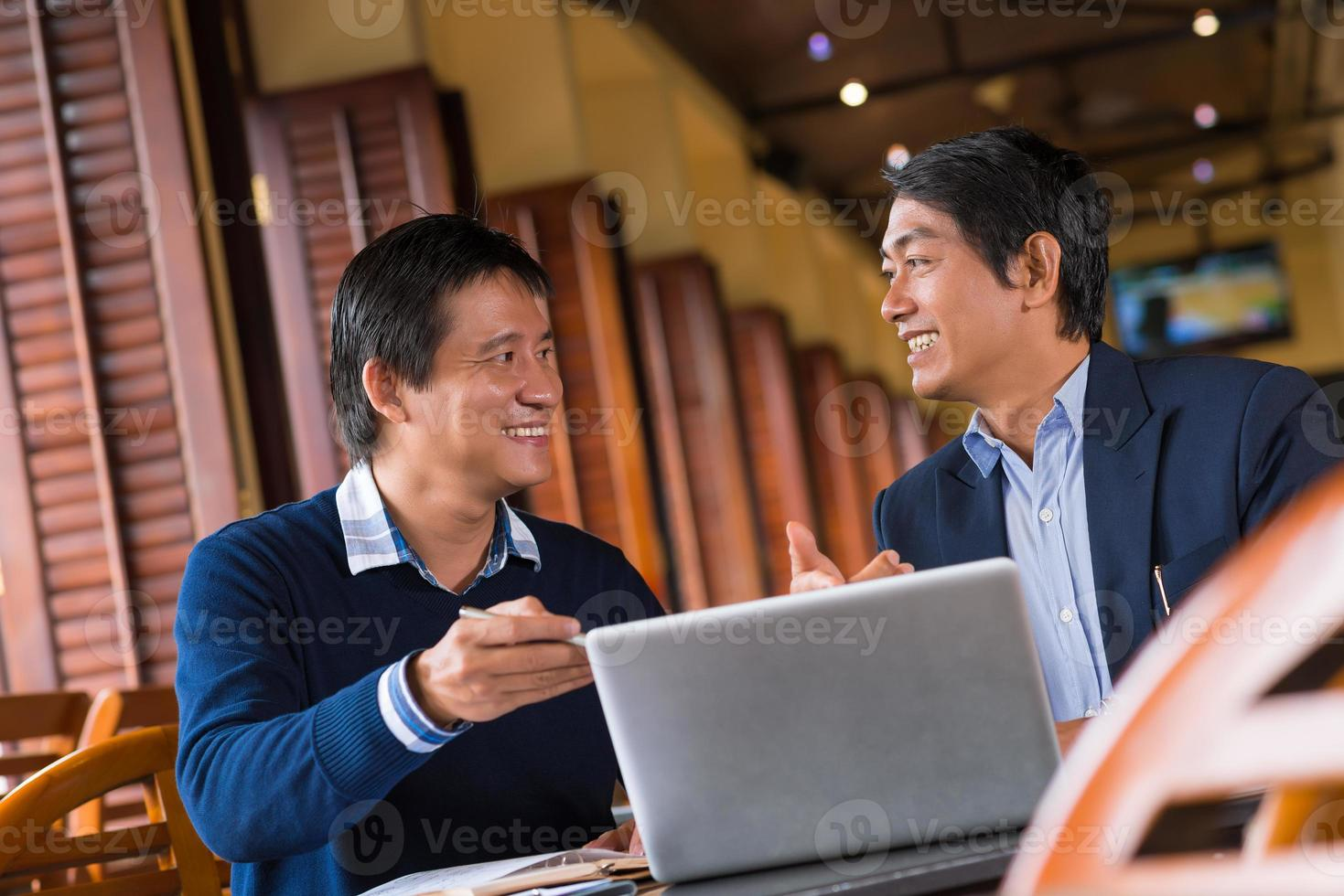 het bespreken van informatie op het laptopscherm foto