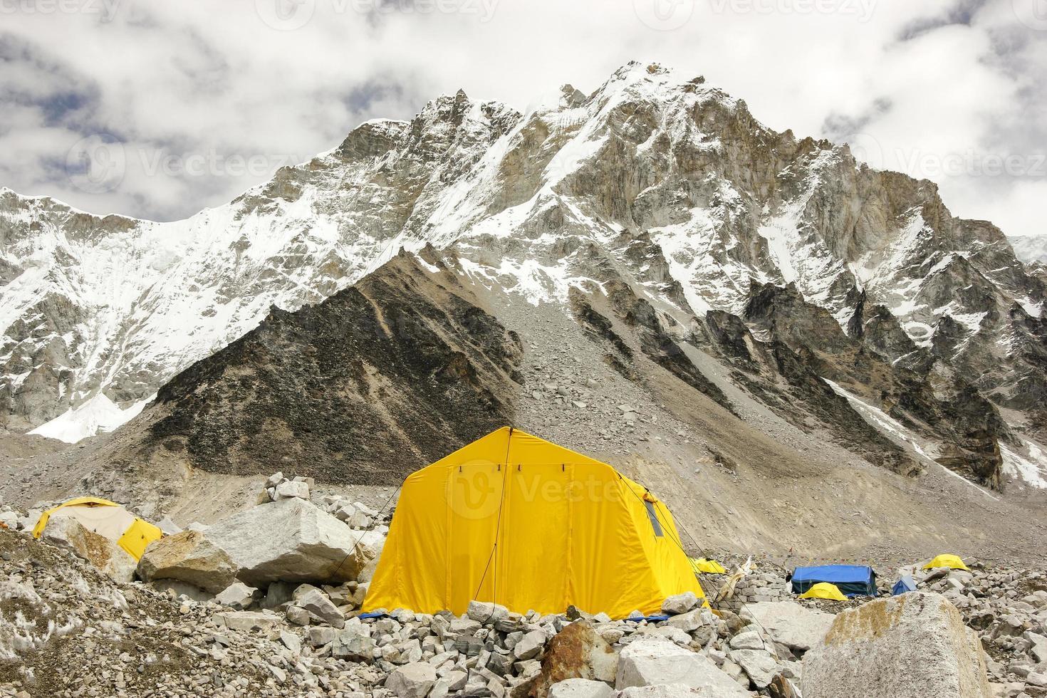 tenten in het meest everest basiskamp, bewolkte dag. foto