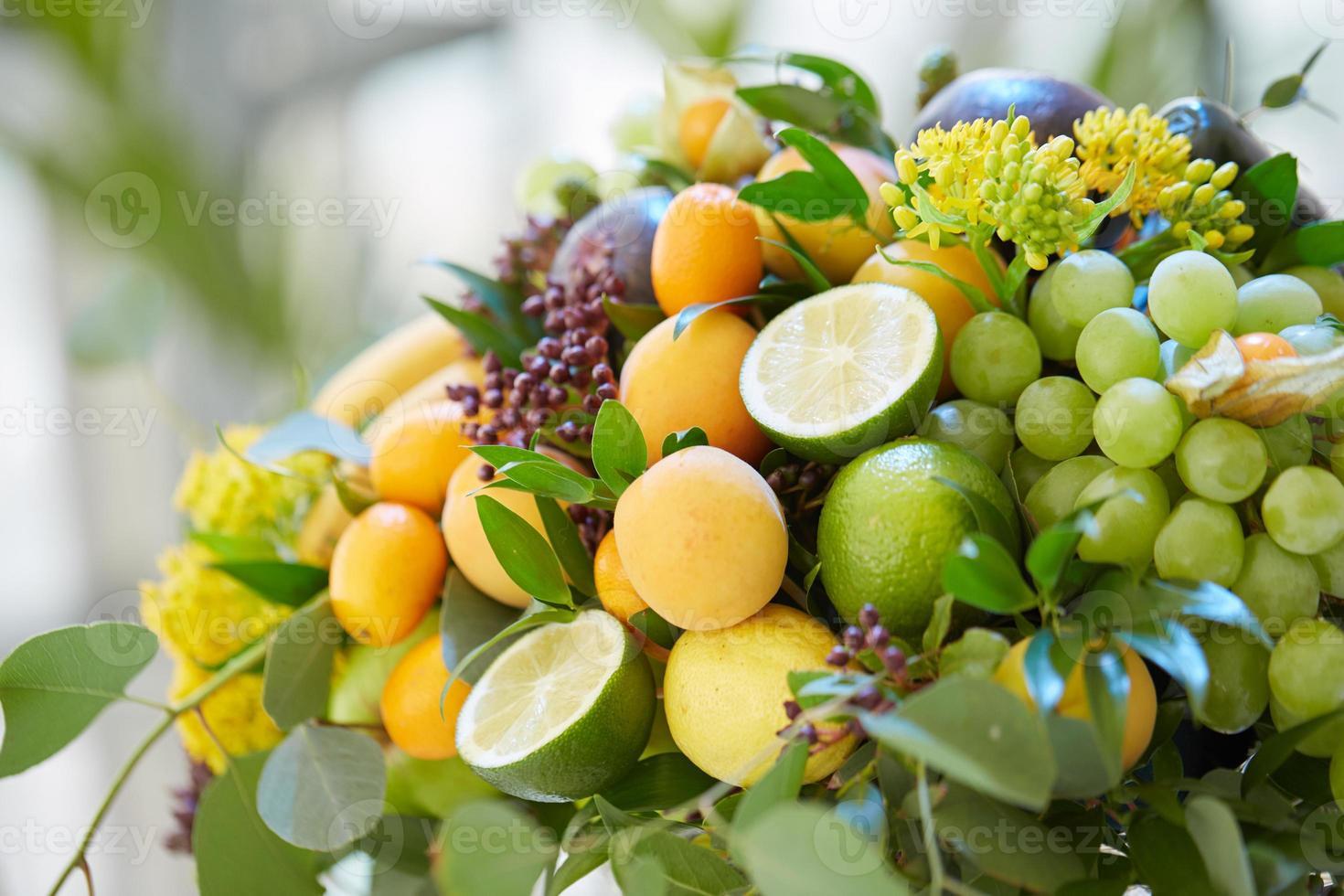 veel verschillende soorten fruit bij elkaar foto