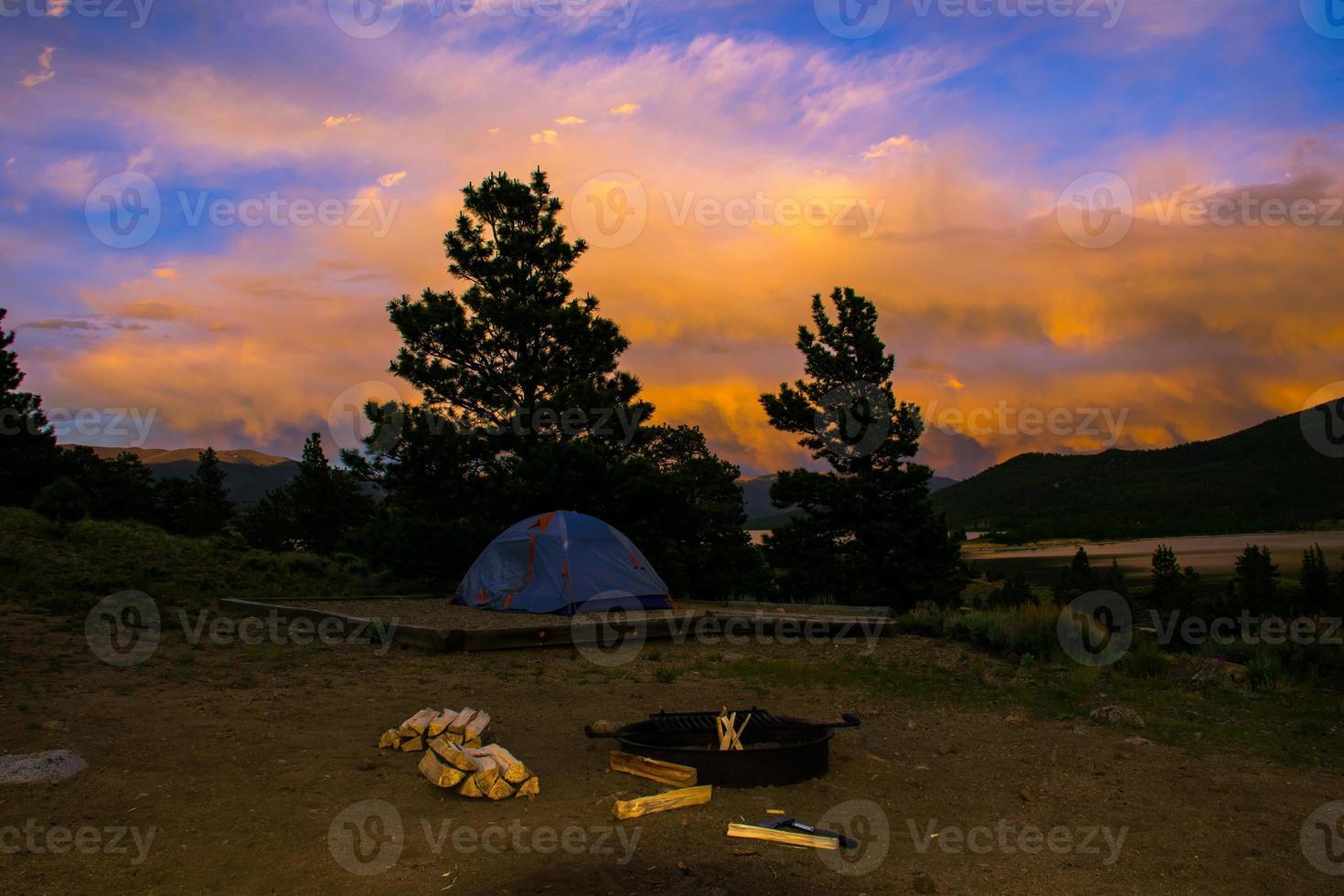 kampvuur zonsondergang in de verbazingwekkende rotsachtige bergen foto