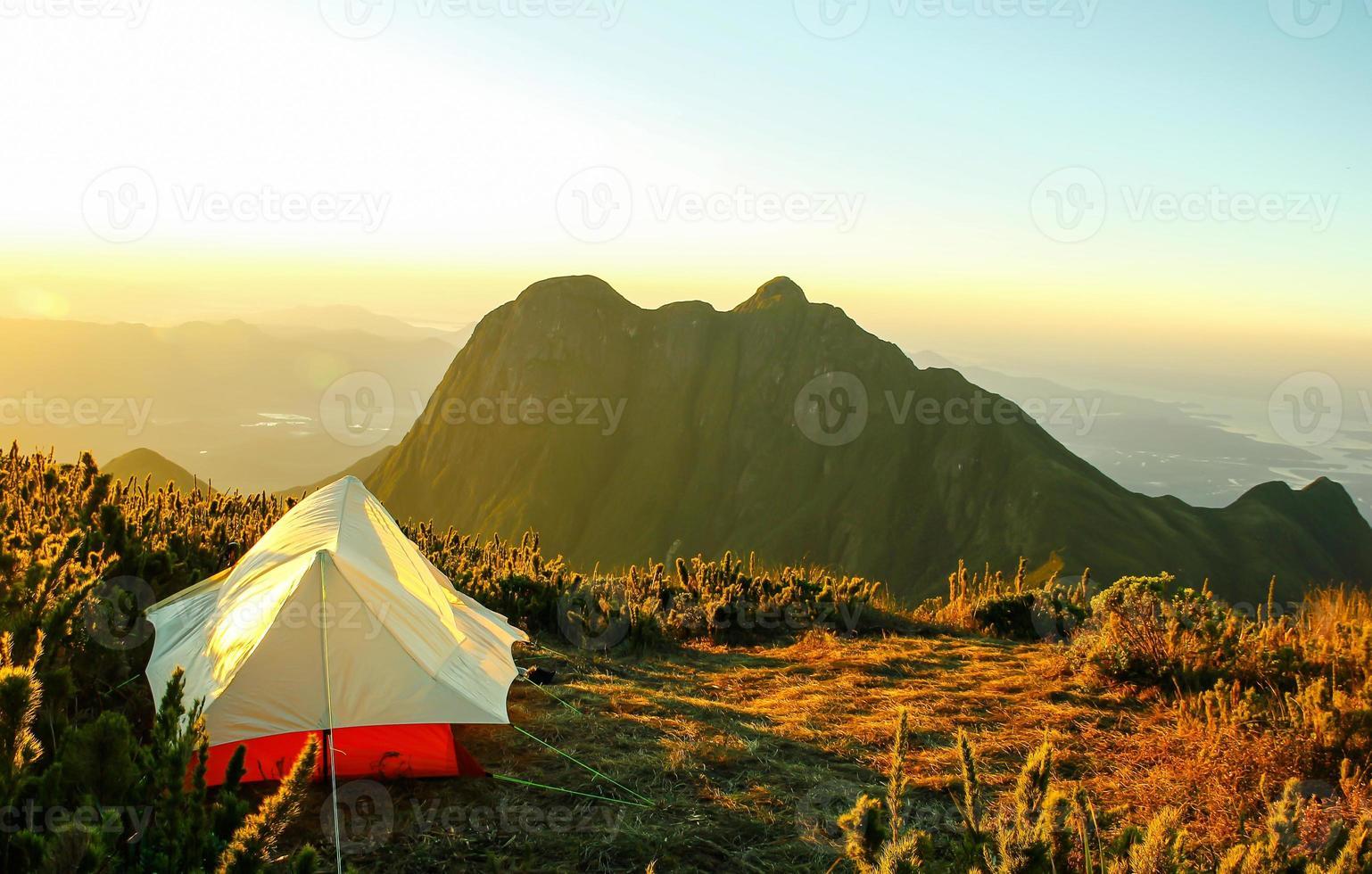 tent op de top van een berg foto