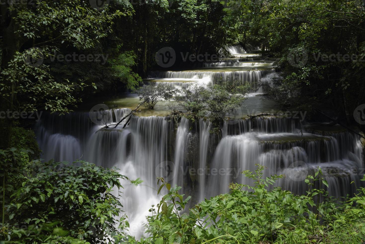 waterval, huay mae khamin, provincie kanchanaburi, thailand foto