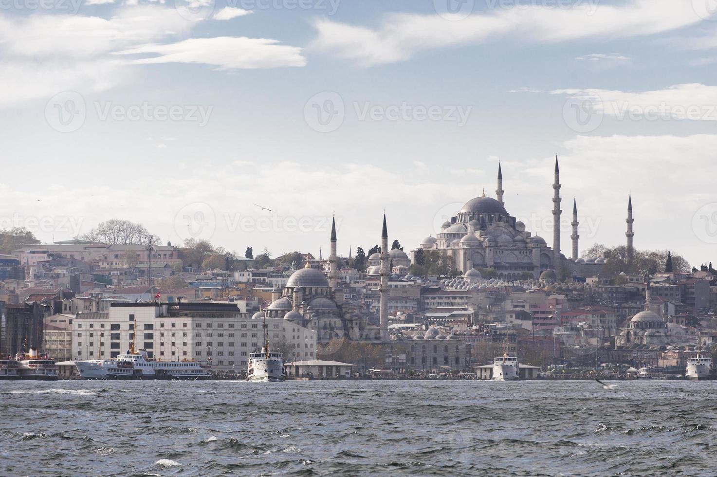 Istanbul Bosporus-scène met klassieke veerboten foto