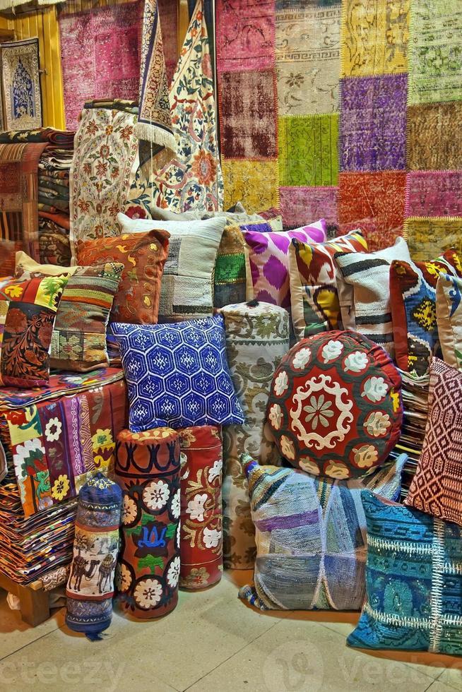 Turkse traditionele kussens op de grote bazaar istanbul foto