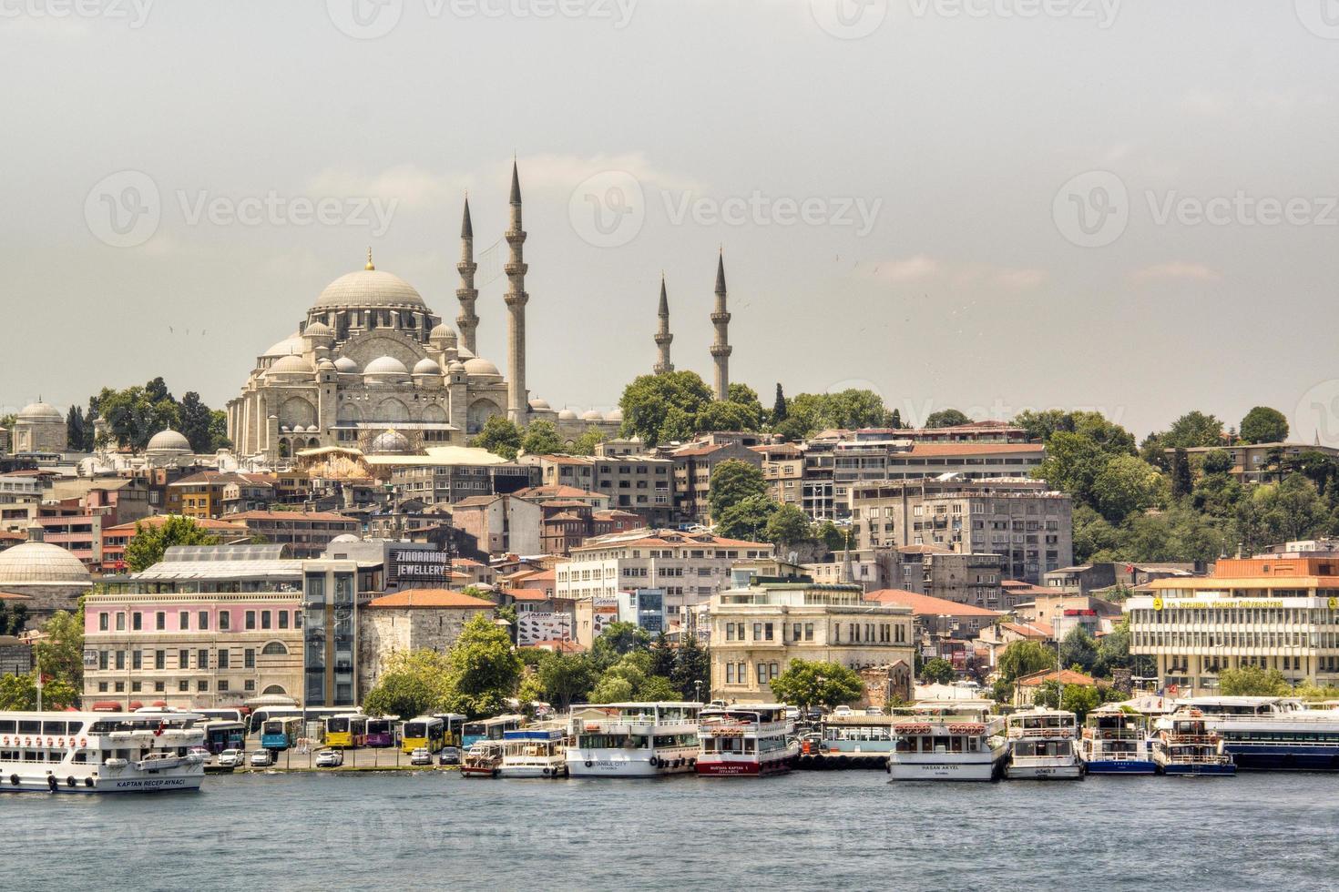 blauwe moskee gezien vanaf het water foto