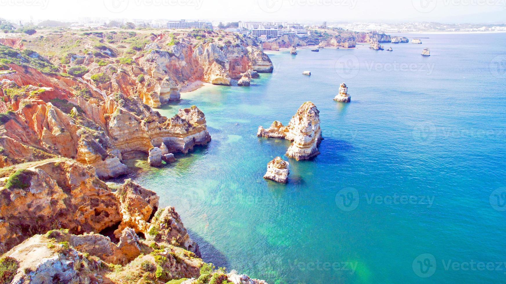 antenne van natuurlijke rotsen in de buurt van Lagos in de Algarve Portugal foto