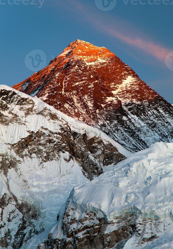 's avonds uitzicht op de berg everest van kala patthar foto