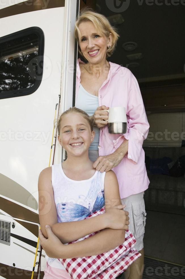 moeder en dochter in de deuropening van rv foto