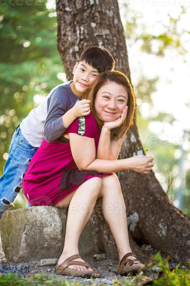zoon knuffelen moeder Aziatische familie foto