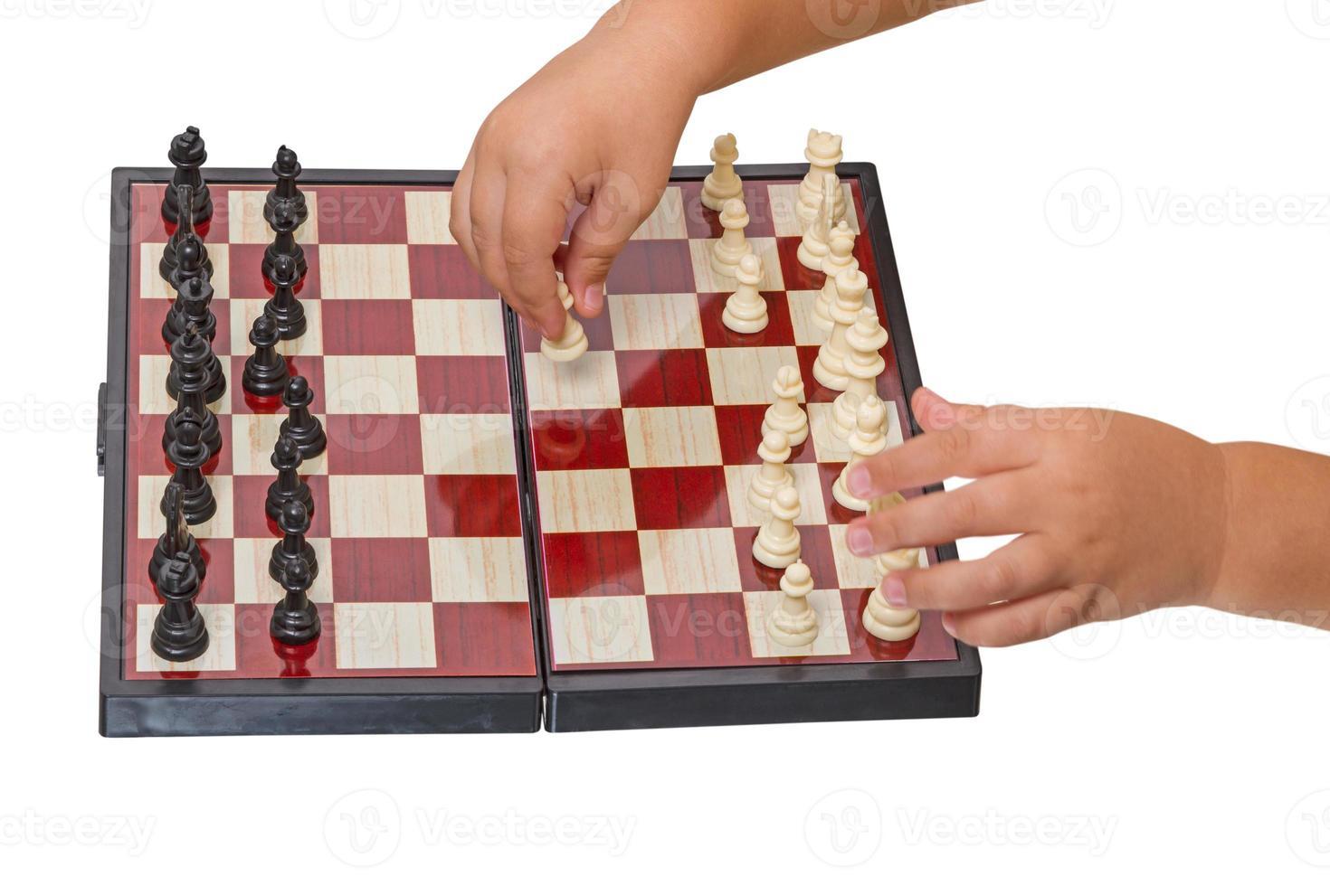 kind maakt een zet schaakpion foto