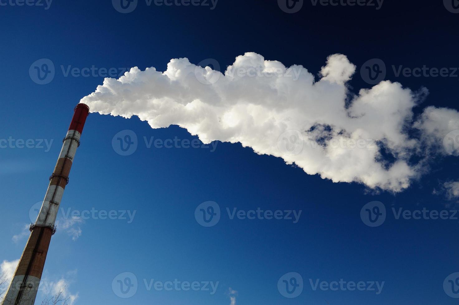 stoom-hitte pijp in blauwe hemel foto
