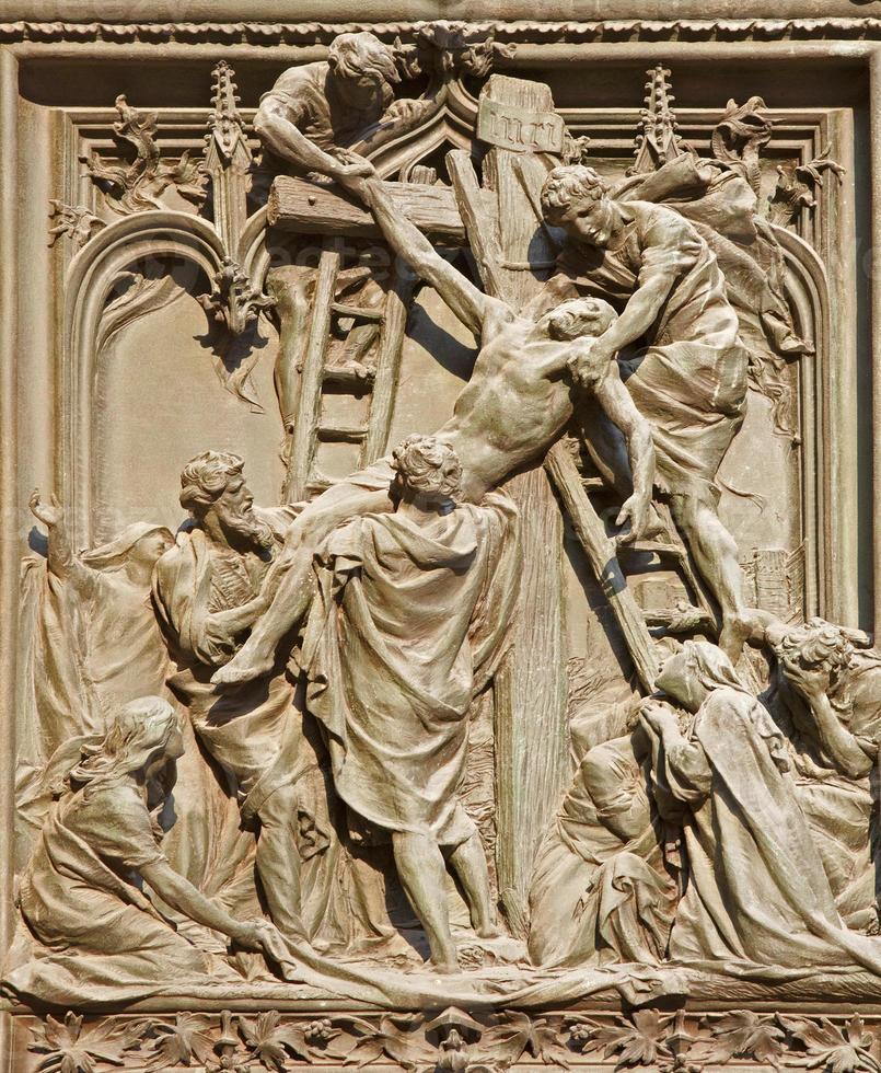 milaan - afzetting van het kruis op de hoofdingang van de duomo foto