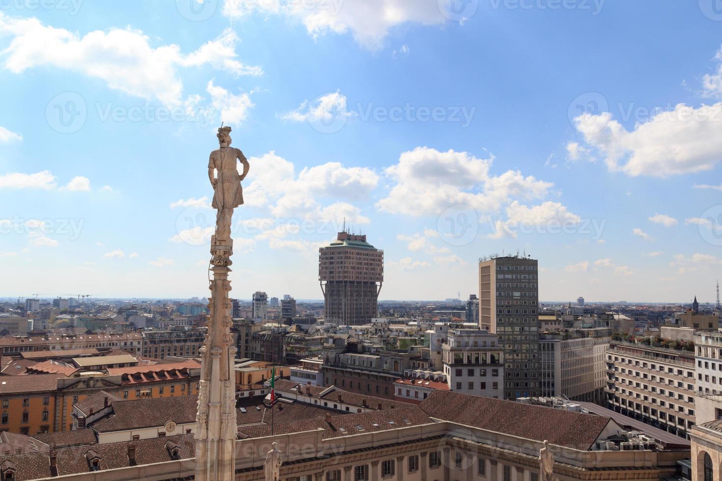 kathedraal standbeeld en uitzicht op Milaan stadsgezicht met torre valesca foto