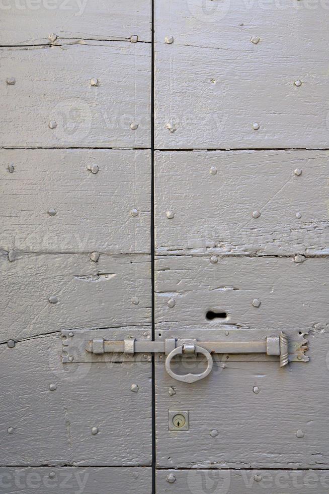 abstracte huisdeur in Italië roestig gesloten foto