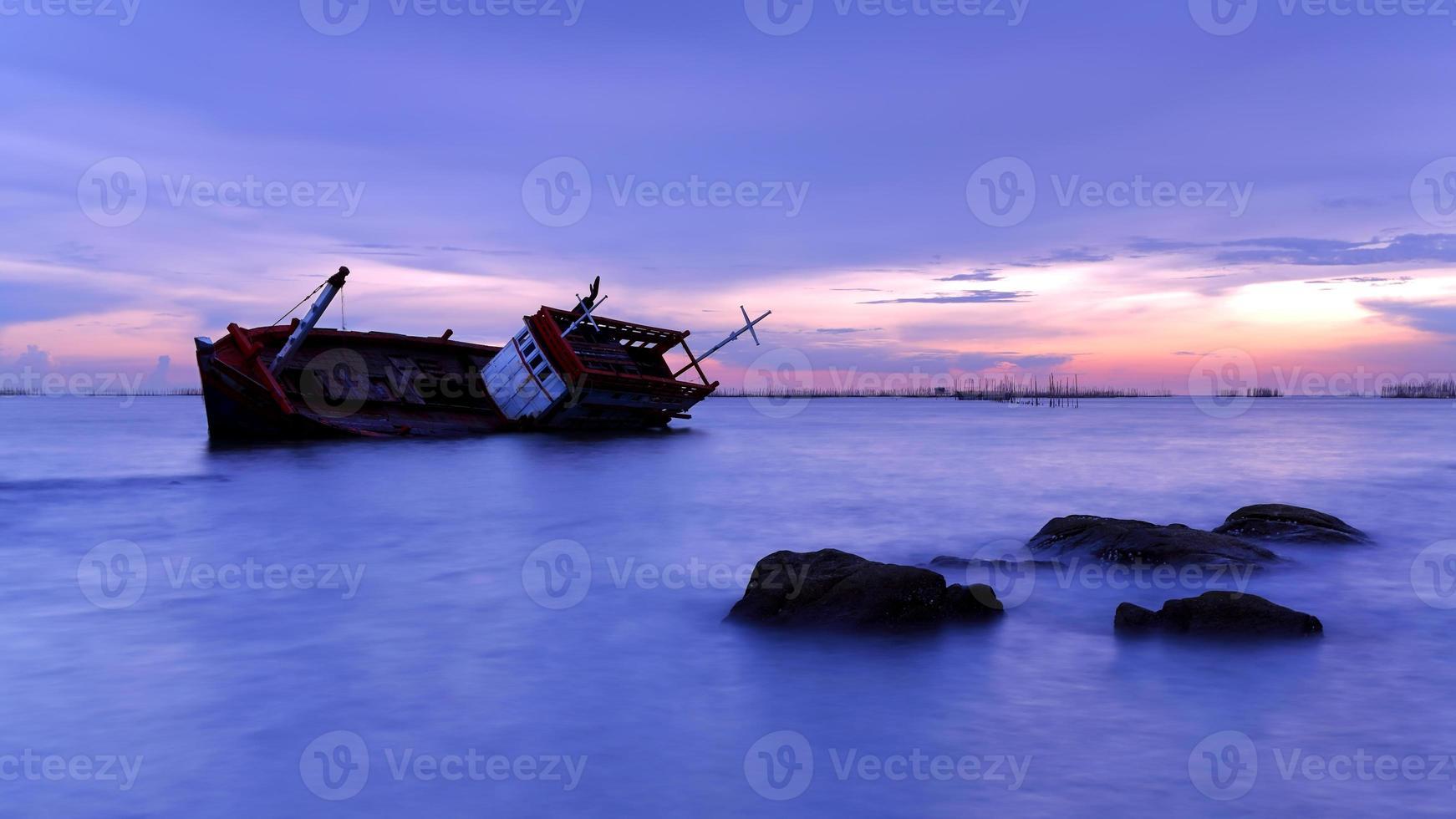 schipbreuk geleden bij zonsondergang foto