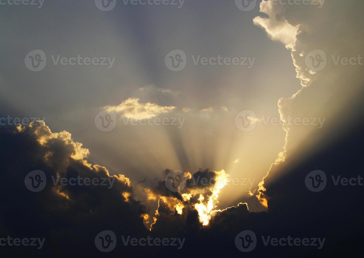 zonsondergang in de wolken foto
