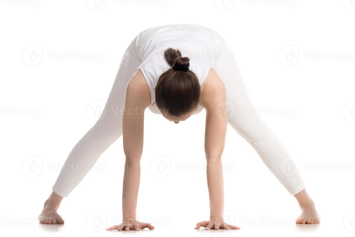 yogi vrouw doet prasarita padottanasana pose foto