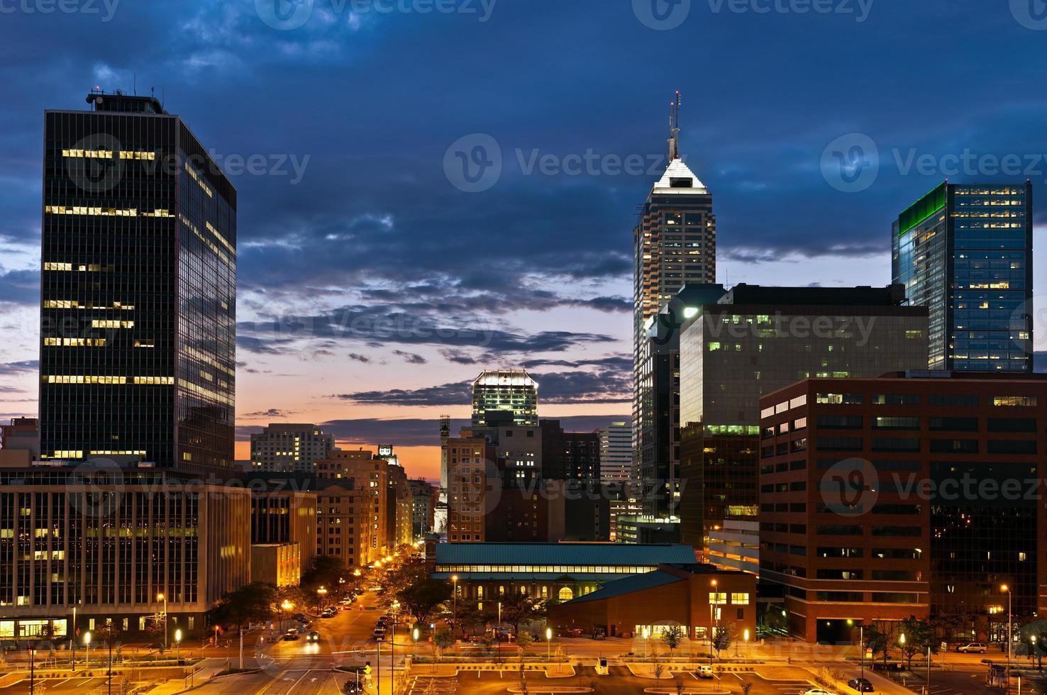 Indianapolis skyline bij zonsondergang. foto