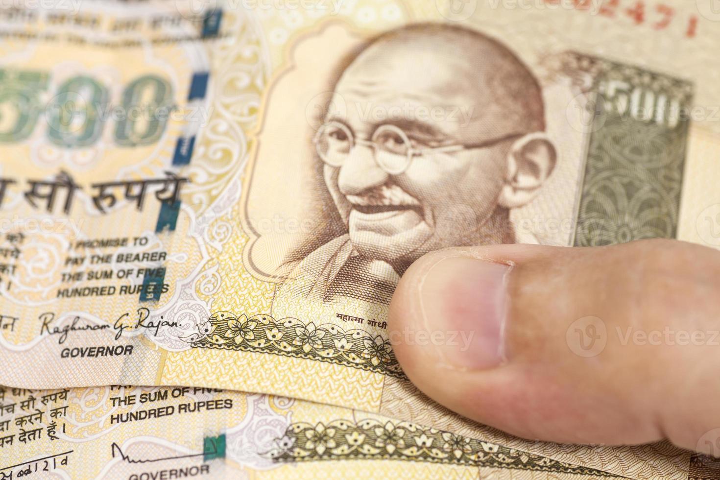 hand met Indiase duizend roepie biljetten foto