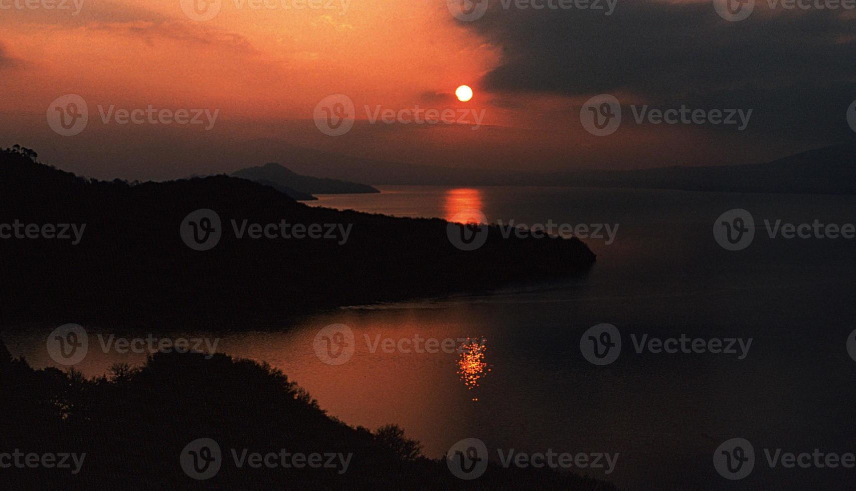 zonsondergang loch lomond schotland foto