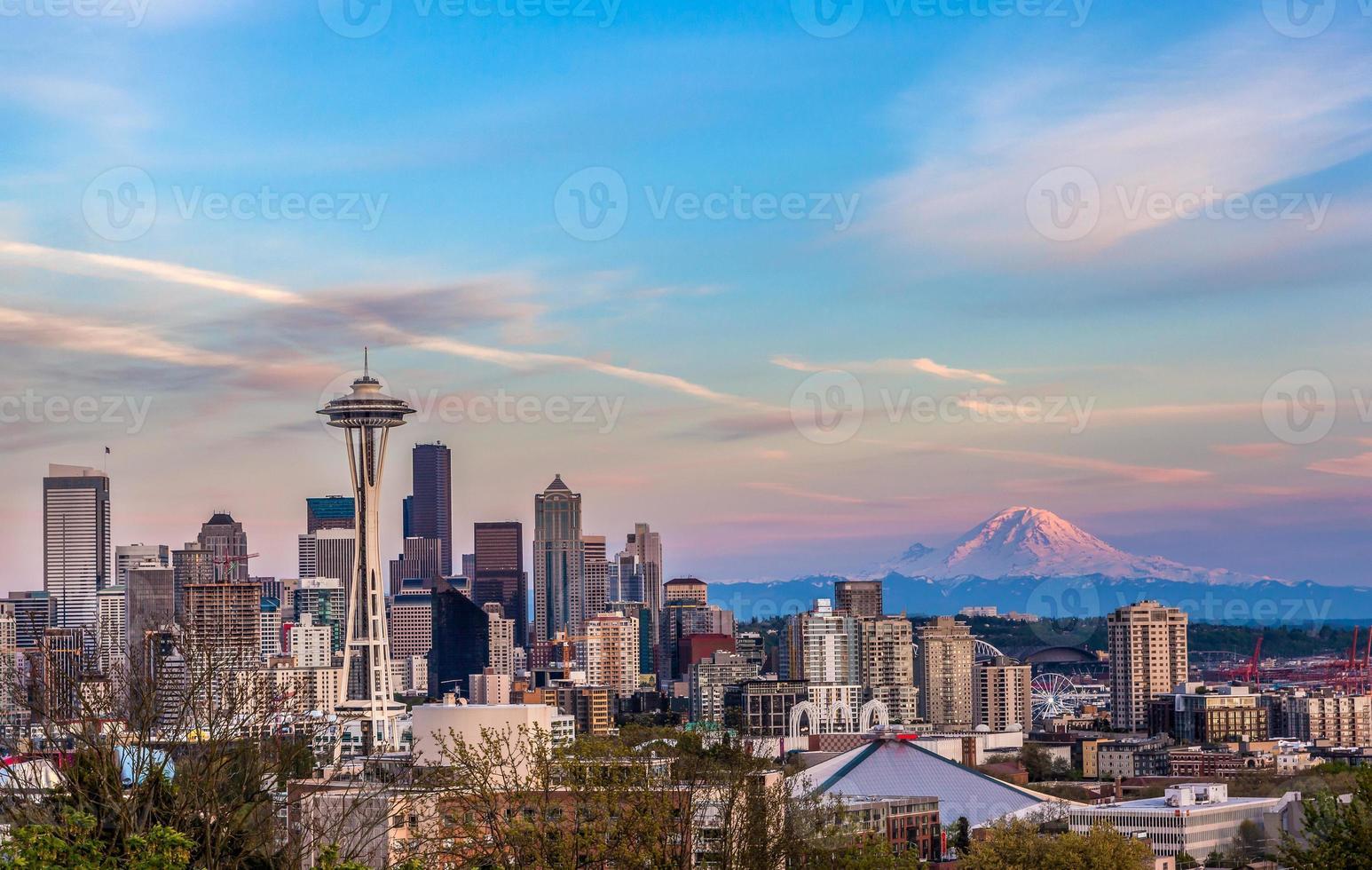 seattle downtown skyline en mt. regenachtiger bij zonsondergang wa foto