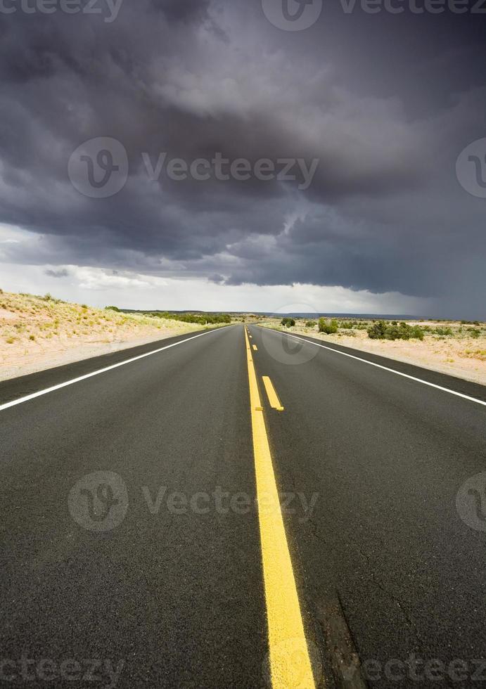 woestijn weg en storm foto