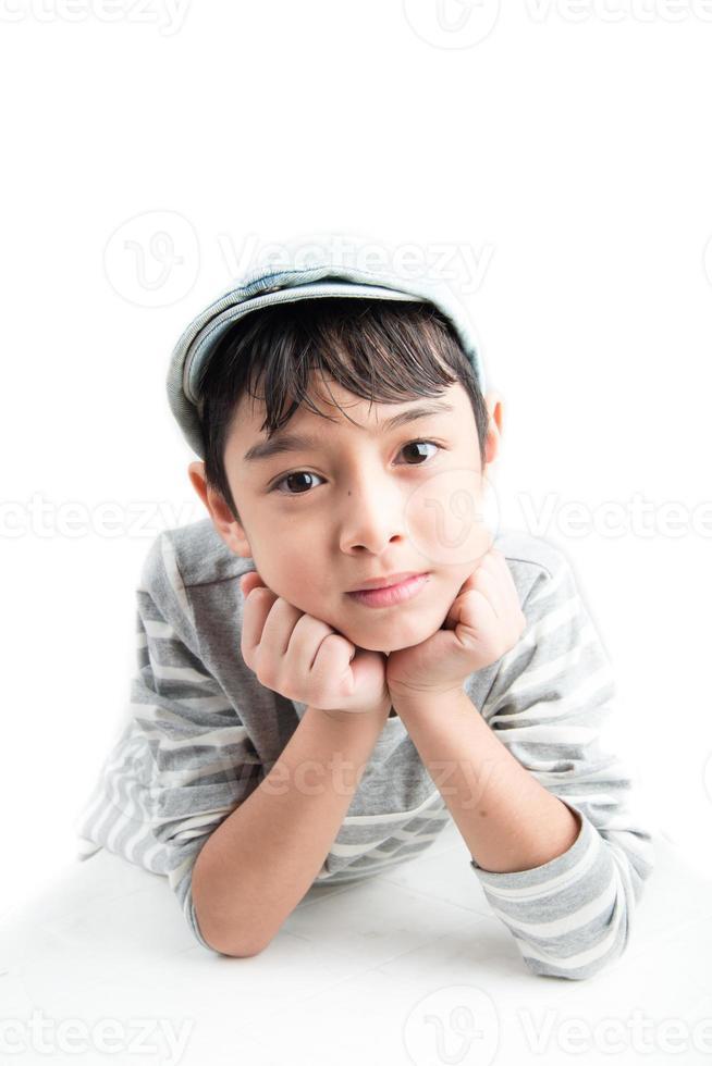 kleine knappe jongen portret op witte achtergrond foto