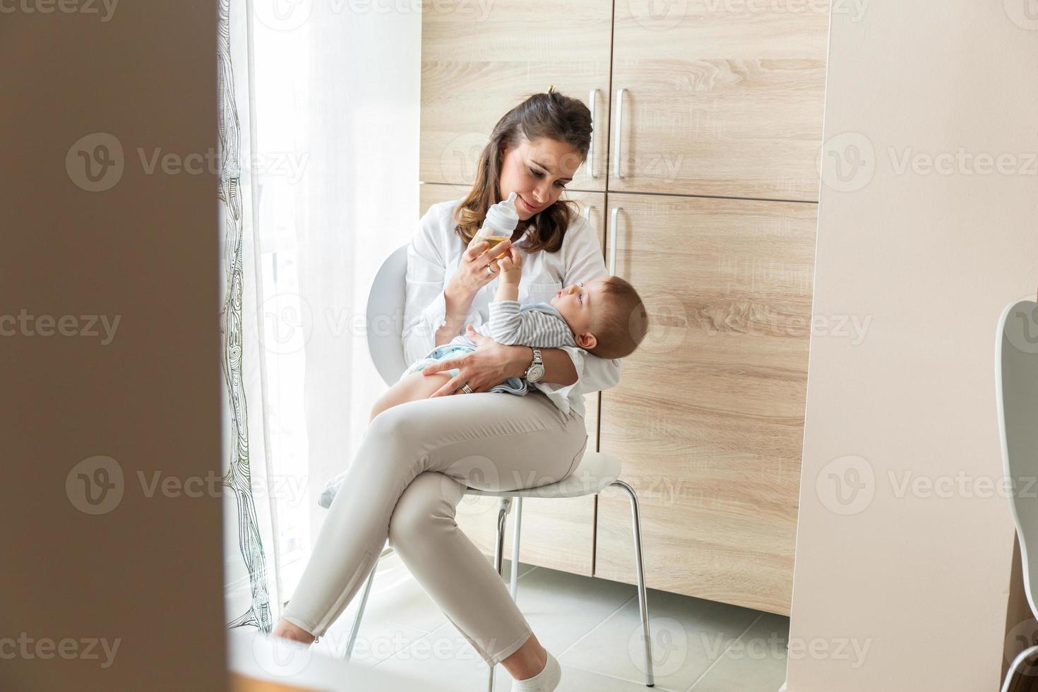 moeder haar babyjongen voeden. foto