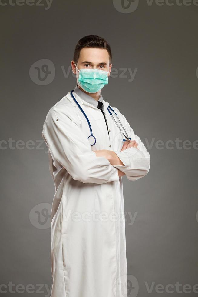 mannelijke arts in een chirurgisch masker foto