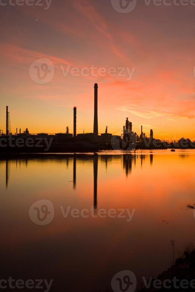 schoorstenen bij zonsondergang foto