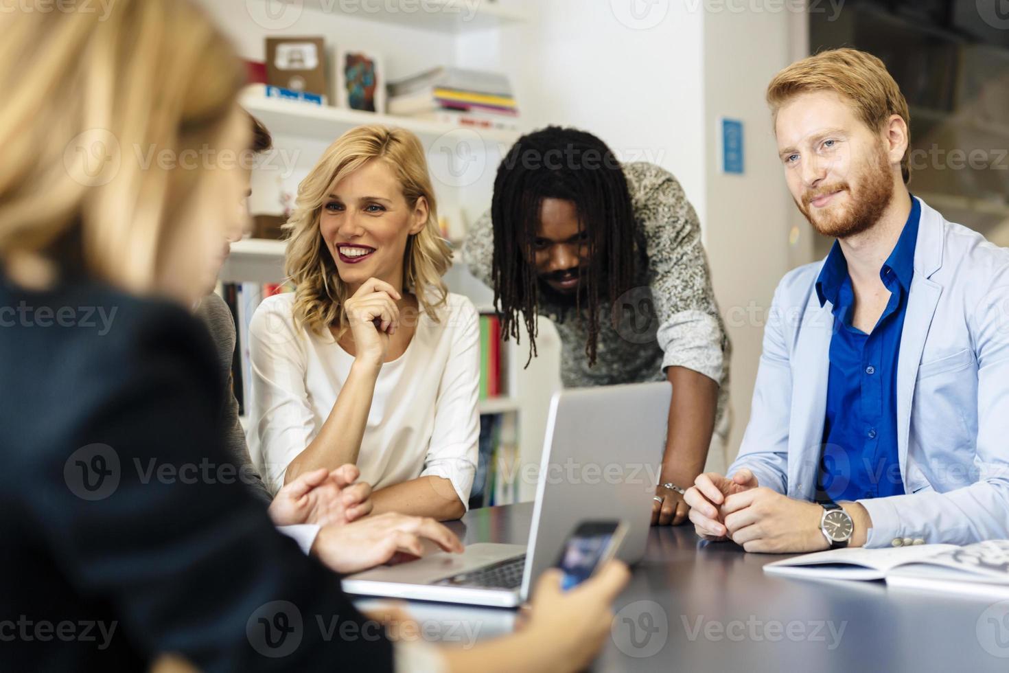 team van bekwame ontwerpers en zakenmensen foto
