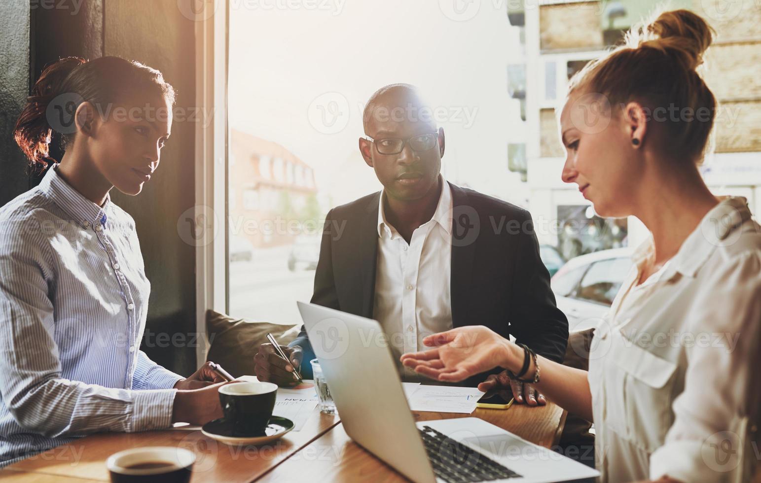 groep van multi-etnische zakenmensen tijdens een vergadering foto