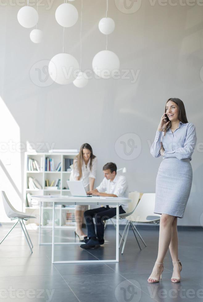 jongeren op kantoor foto