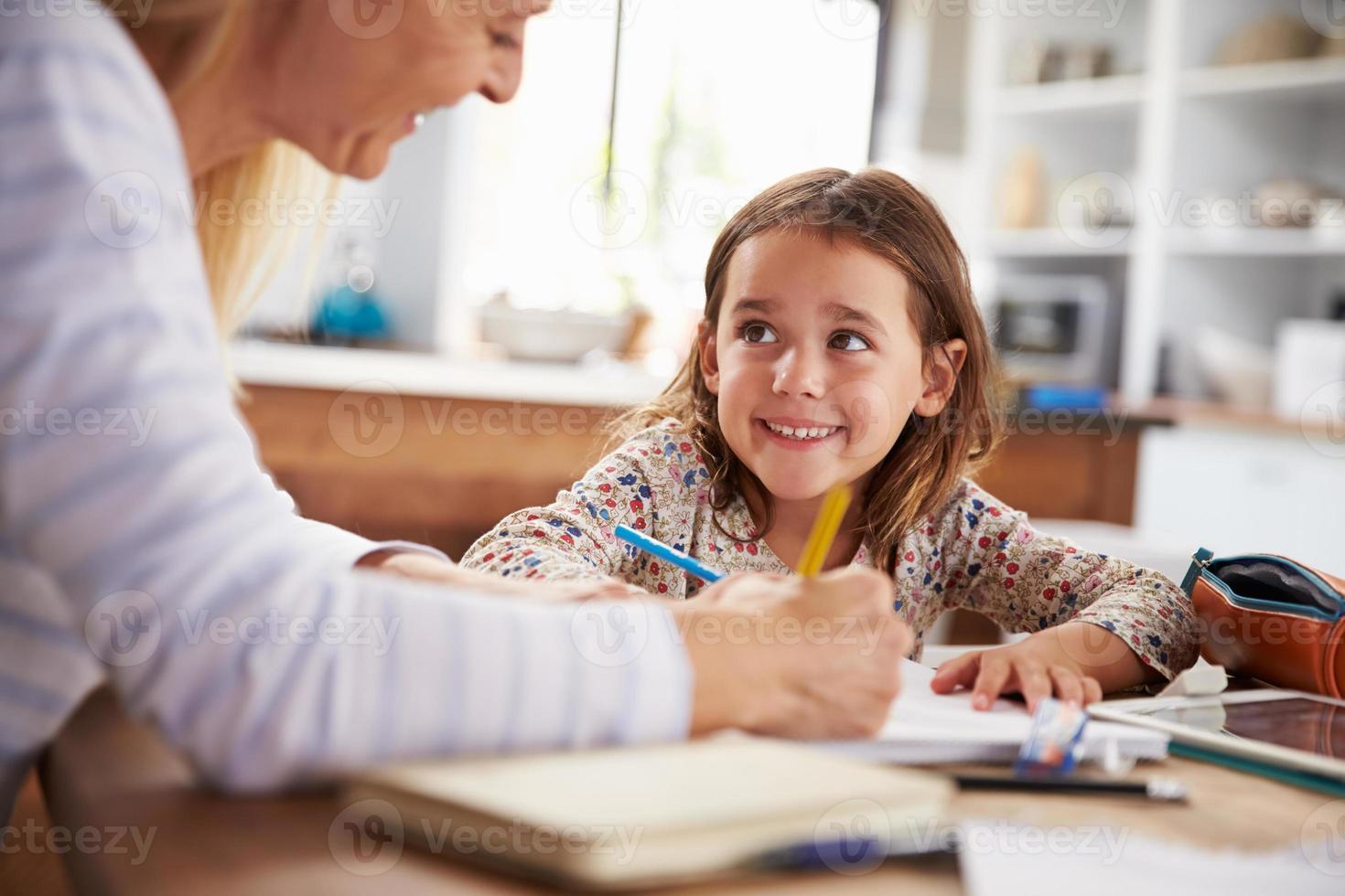 moeder die haar dochter thuis onderwijst foto