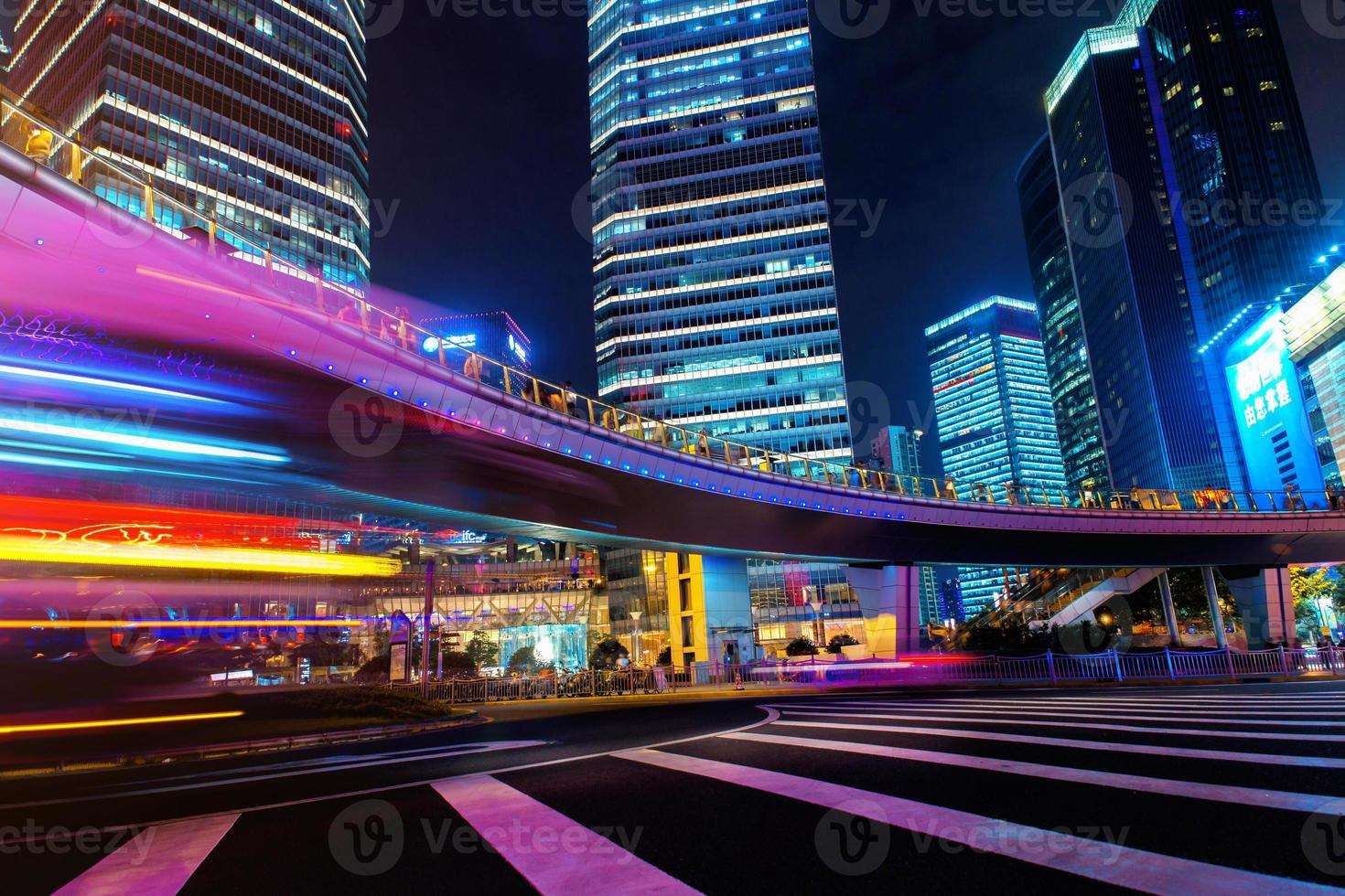 moderne stad 's nachts. shanghai lujiazui finance street foto