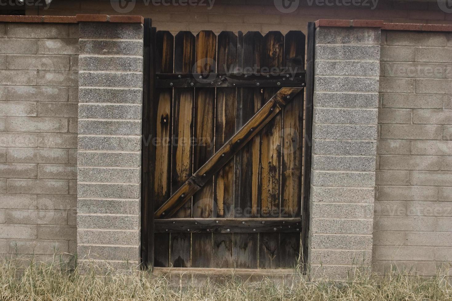 donkere houten poort in steegje foto