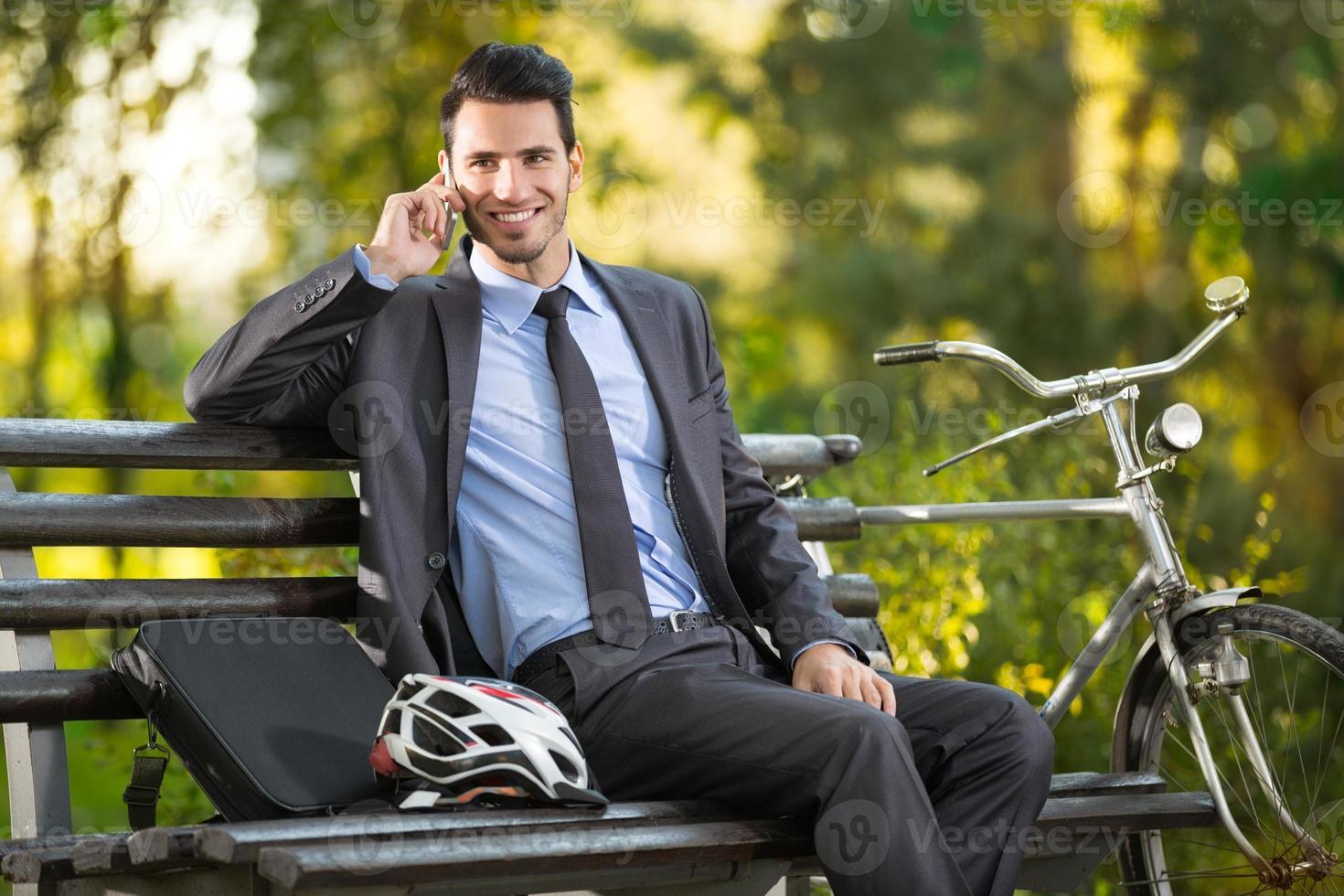jonge man met zijn fiets foto