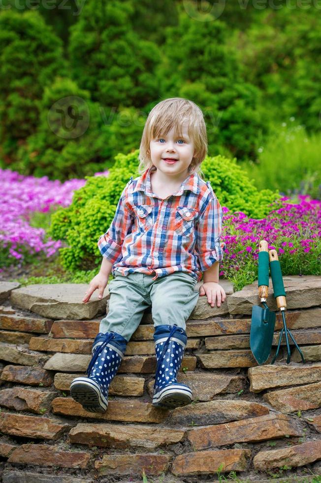 jonge tuinman poseren op het bloembed foto