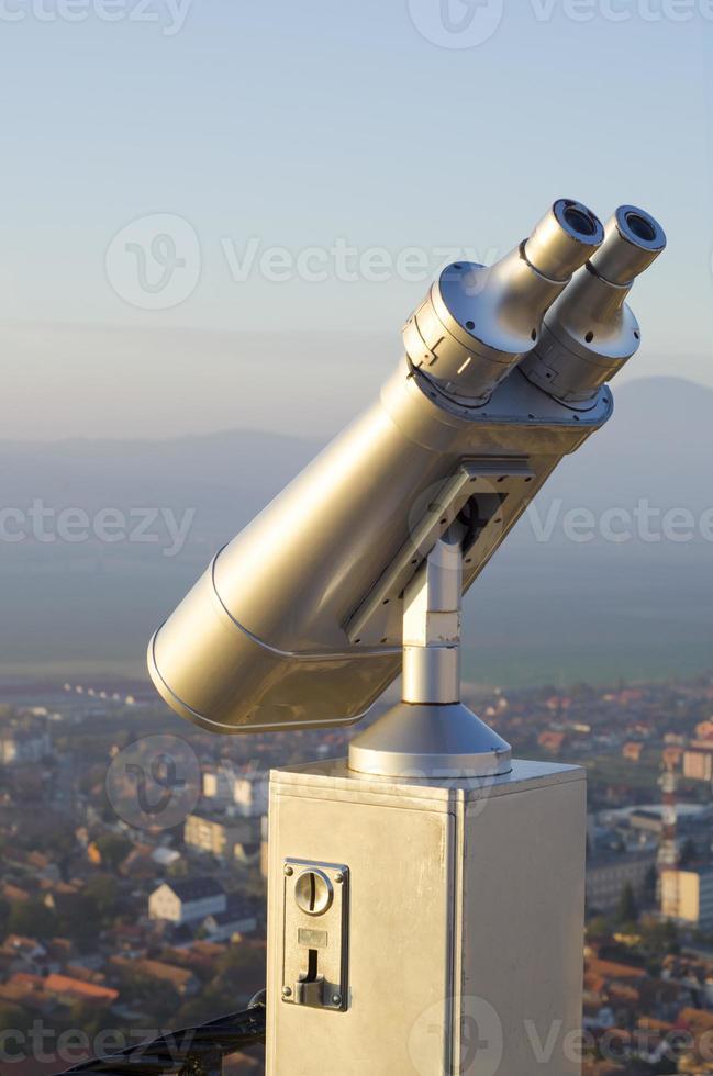 muntautomaat krachtige verrekijker op een heuvel foto