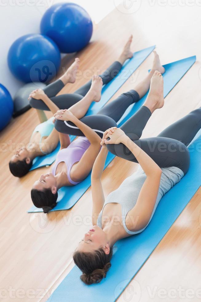 sportieve mensen benen strekken in de fitness-studio foto