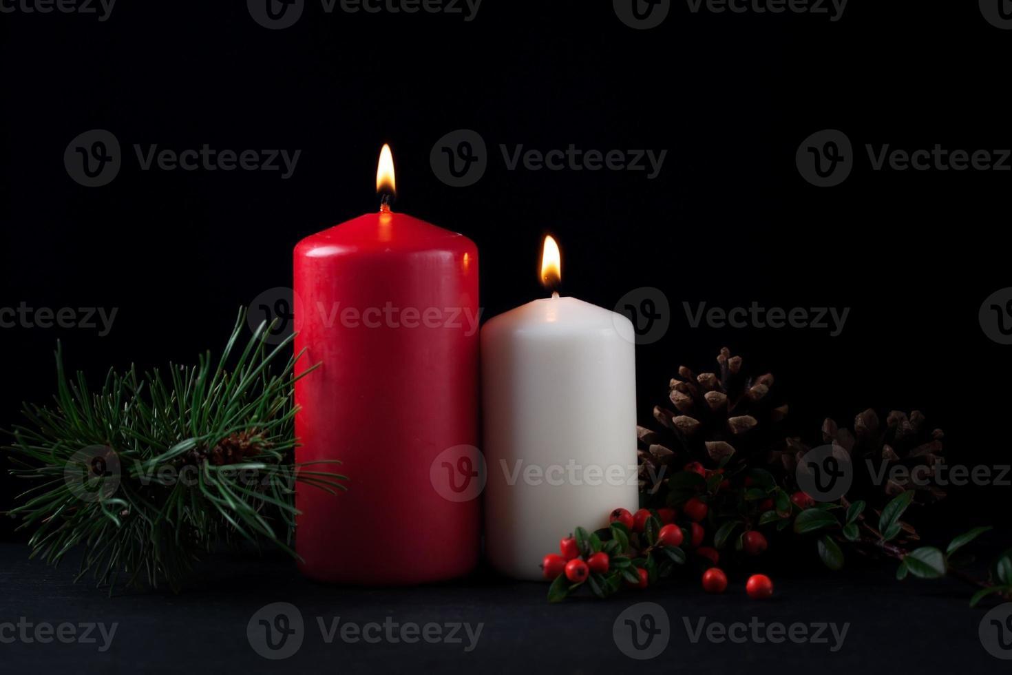 kerstkaarsjes met groenblijvende versieringen foto