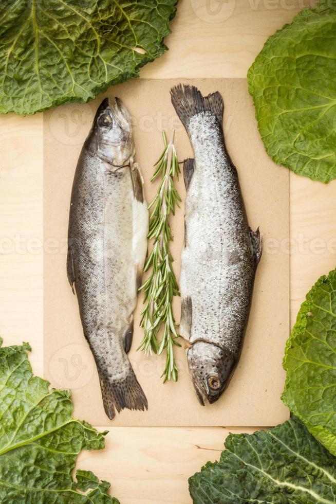 rauwe vis met kruiden en koolbladeren foto