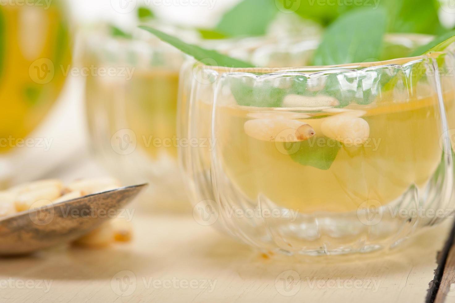 Arabische traditionele munt en pijnboompitten thee foto