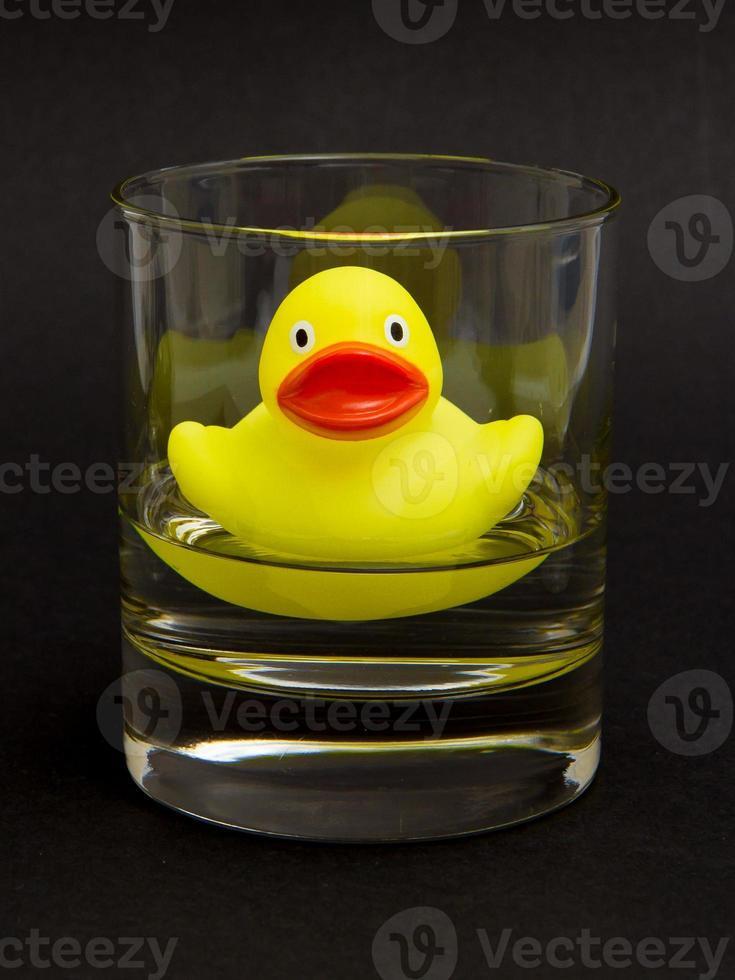 gele badeend in een whiskyglas foto