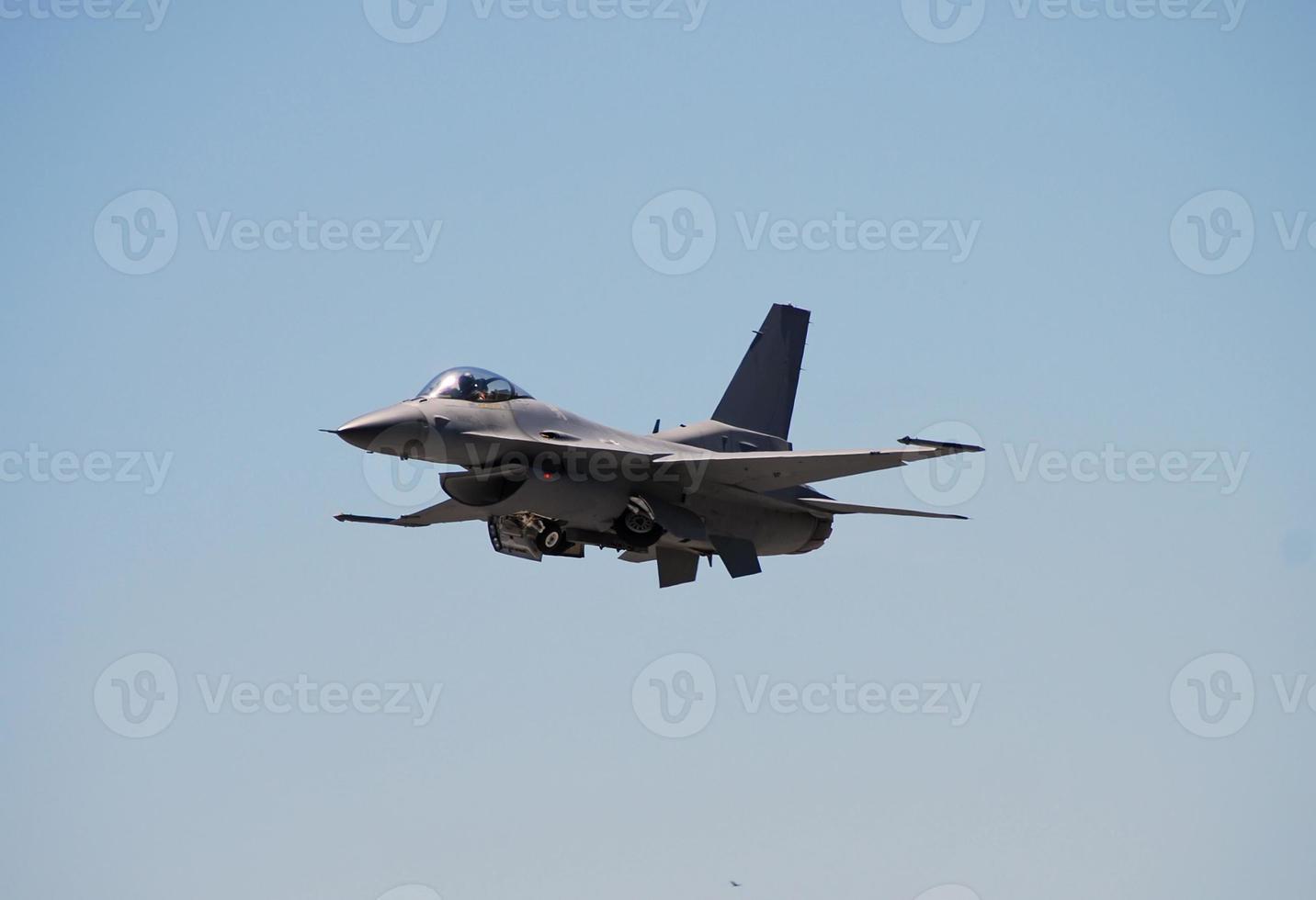 vooraanzicht van f-16 straaljager foto