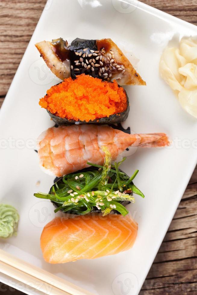 verse sushi op houten achtergrond foto