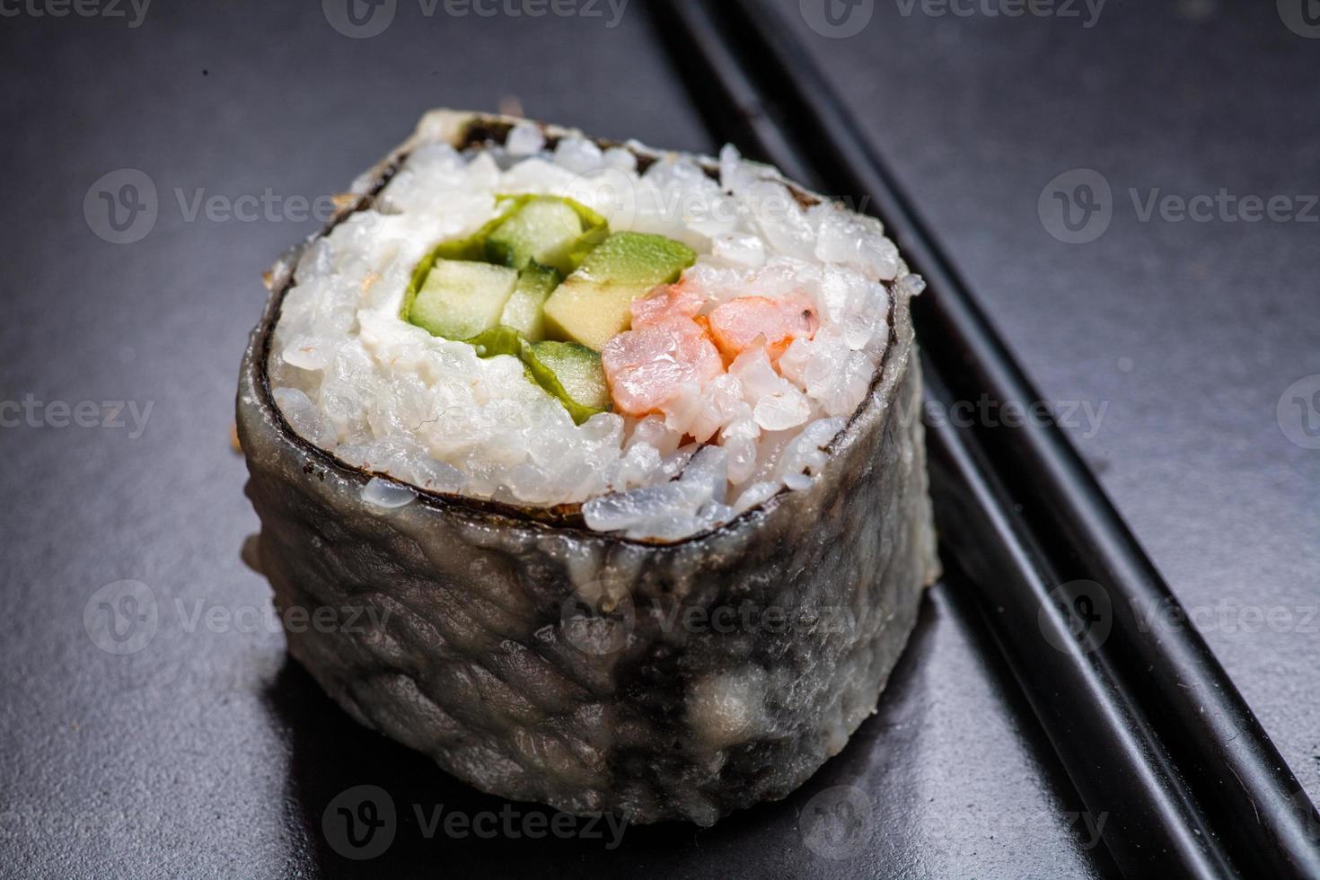 macro van sushi geserveerd op zwart met reflectie foto